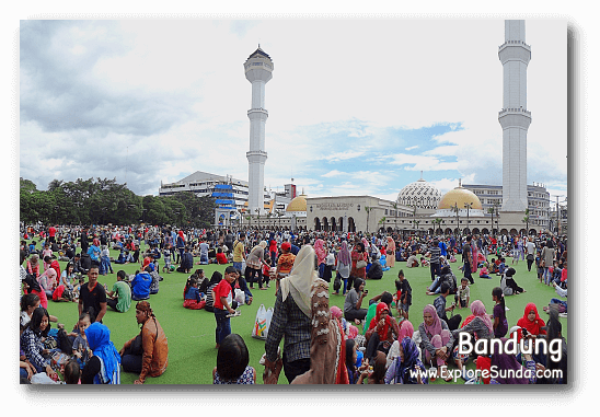 One afternoon at Bandung's square, right in front of the Grand Mosque.